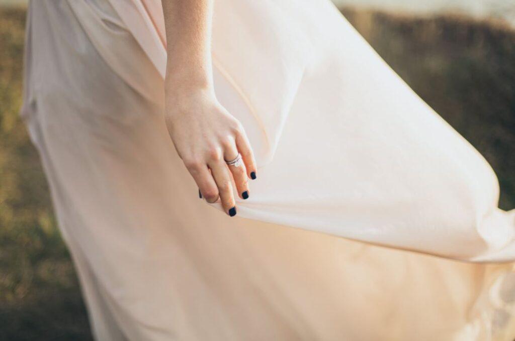 Hochzeitsschmuck wertet das Brautkleid auf